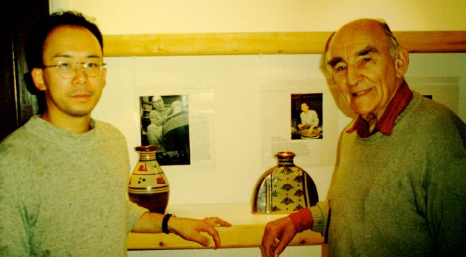 リーチポタリーの展示室にて デイビット・リーチと濱田友緒