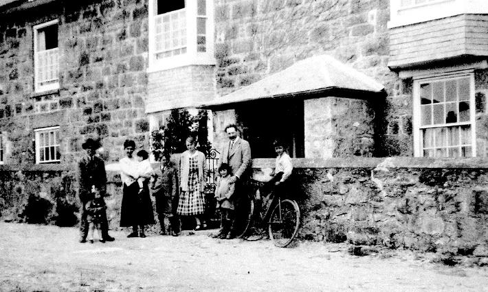 セントアイヴスのリーチの住まいの前でリーチの家族と濱田 1920年頃