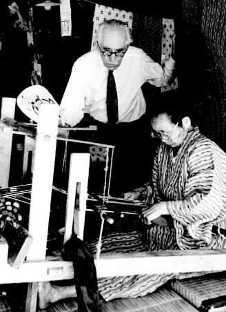 沖縄の染織を視察 1964年